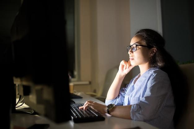 Kobieta szef pracuje w nocy