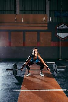 Kobieta szkolenia w siłowni