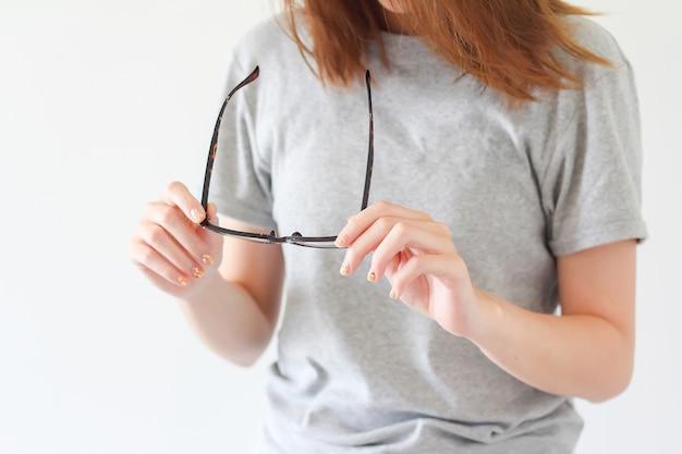 Kobieta szuka jej okulary