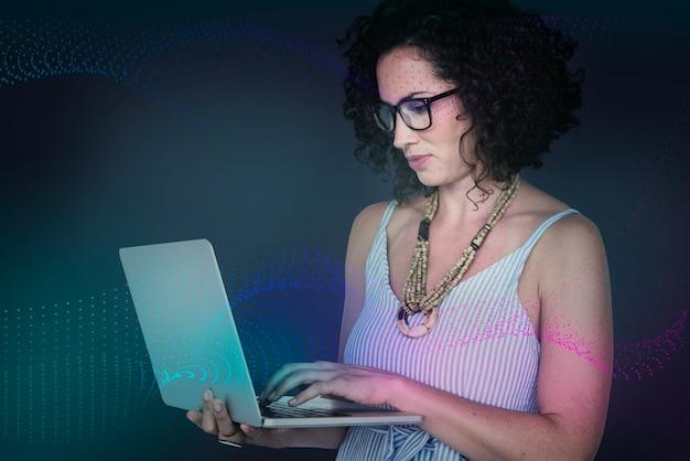 Kobieta szuka na swoim laptopie