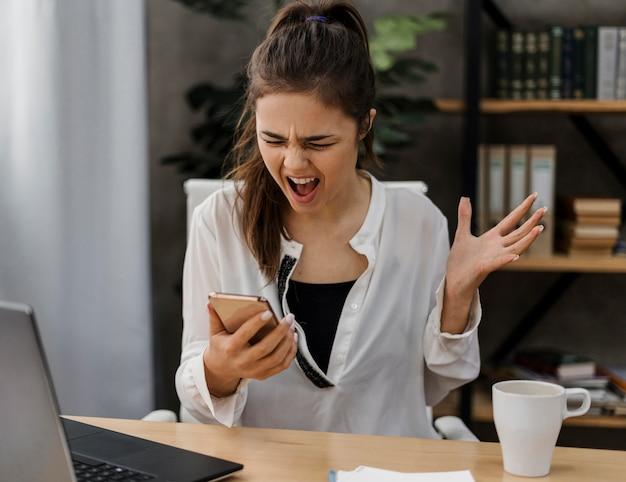 Kobieta szuka sfrustrowanej rozmowy telefonicznej