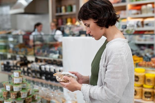 Kobieta szukająca różnych smakołyków u lokalnego producenta