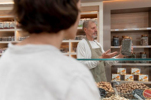 Kobieta szukająca smakołyków u lokalnego męskiego producenta