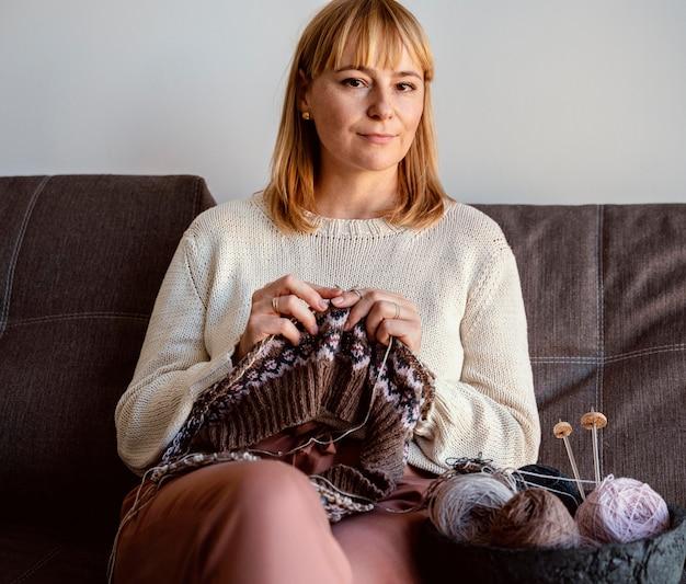 Kobieta szycie różnymi kolorami nici