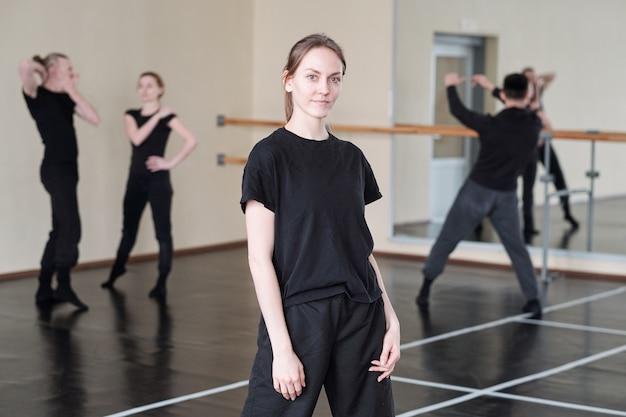 Kobieta tancerka w czarnym portret