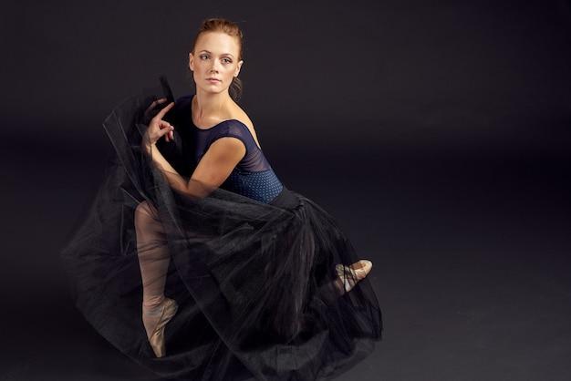 Kobieta tancerz taniec wykonywane w stylu klasycznym na białym tle. zdjęcie wysokiej jakości