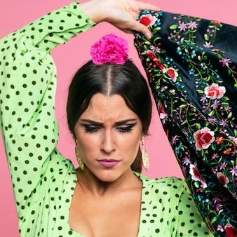 Kobieta tancerz trzyma szal manila