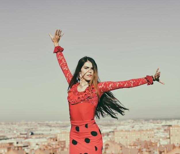 Kobieta tańczy flamenco na zewnątrz