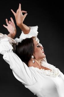 Kobieta tańczy flamenco z rękami do góry