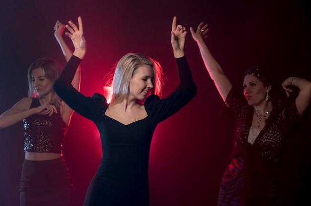 Kobieta tańczy na imprezie