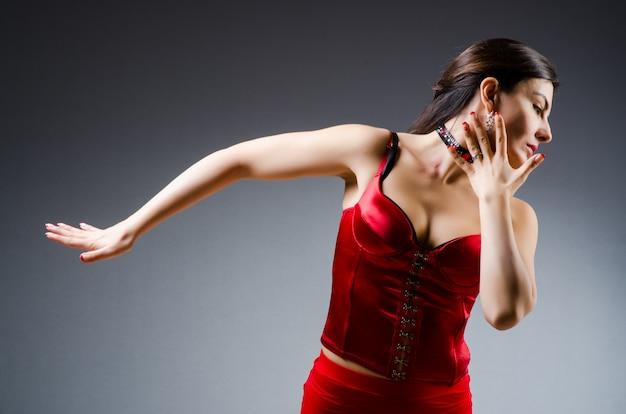 Kobieta tańczy tanecznych w czerwonej sukience