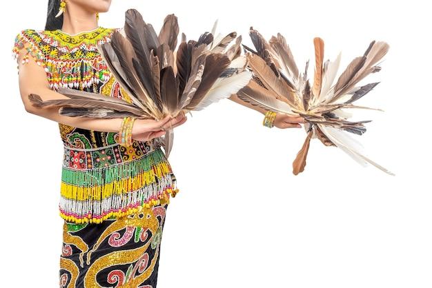 Kobieta tańczy tradycyjny taniec wschodniego kalimantanu