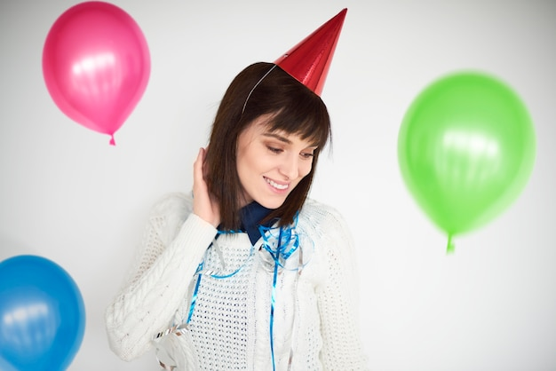 Kobieta tańczy wśród kolorowych balonów