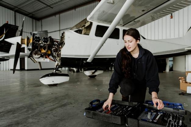 Kobieta technik lotnictwa ze swoją skrzynką narzędziową