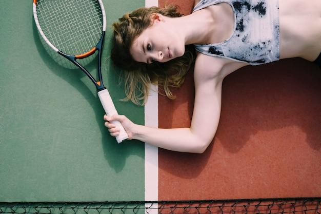 Kobieta tenisista le ?? cego na ziemi