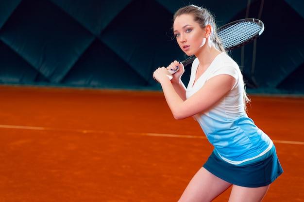 Kobieta tenisista z kantem na korcie tenisowym