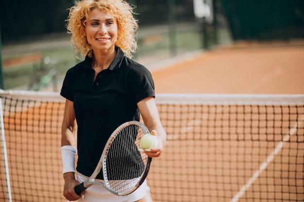 Kobieta tenisistka na korcie tenisowym