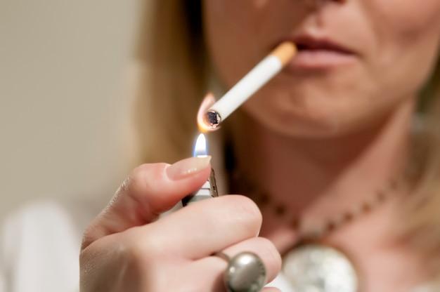 Kobieta to palenie papierosów