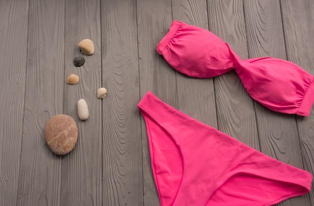 Kobieta trendy dwuczęściowy strój kąpielowy plaża różowe stroje kąpielowe modne okulary przeciwsłoneczne. lato w tle
