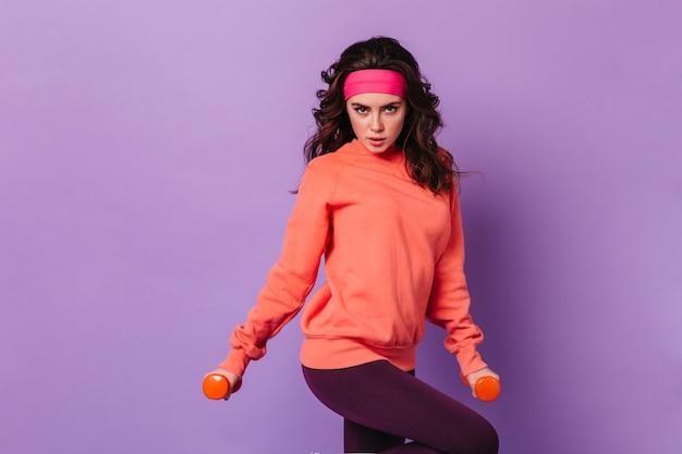 Kobieta trener fitness z hantlami w dłoniach