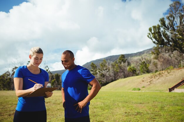 Kobieta trener instruuje mężczyznę