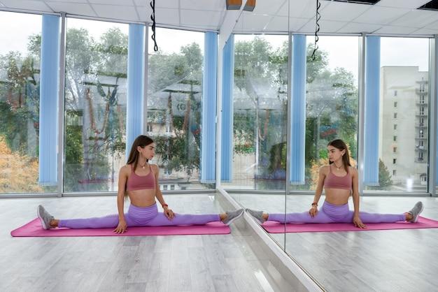 Kobieta trening fitness streching dla zdrowego stylu życia w studio przed ciężkim dniem roboczym. lekkoatletka