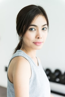 Kobieta trening przy sprawnością fizyczną