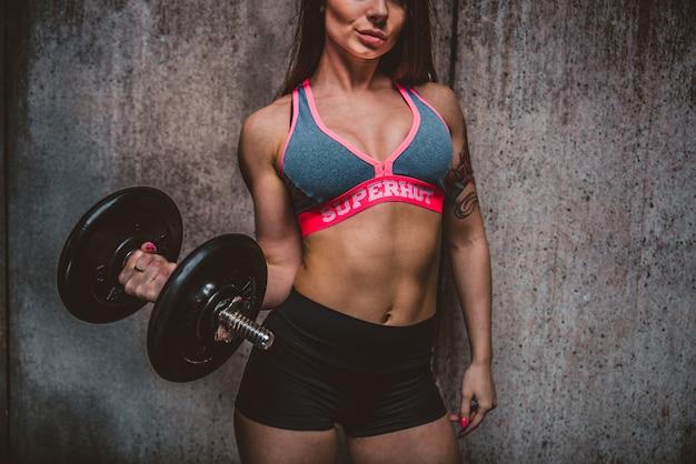 Kobieta treningu w siłowni
