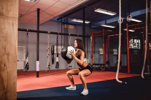 Kobieta treningu z funkcjonalnym gimnastycznym na siłowni