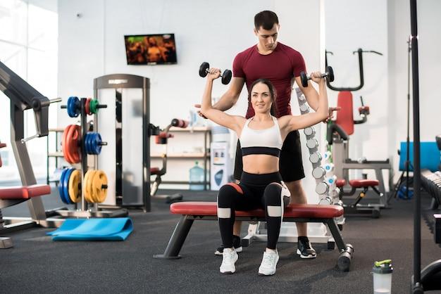 Kobieta treningu z osobistym trenerem fitness