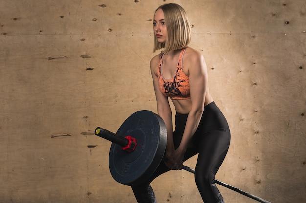 Kobieta treningu ze sztangą