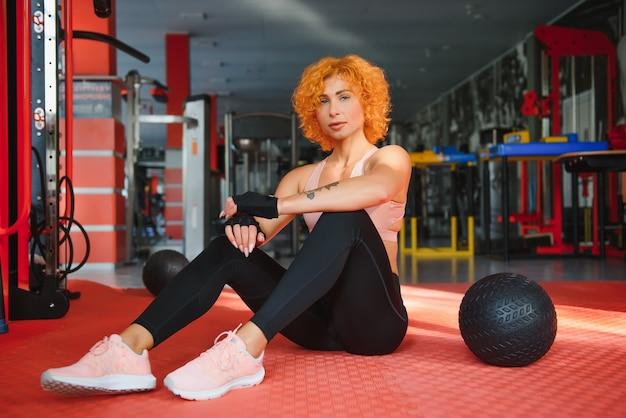 Kobieta trenująca z gimnastyką funkcjonalną na siłowni