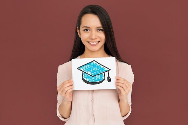 Kobieta trzyma afisz z ikoną deska zaprawy