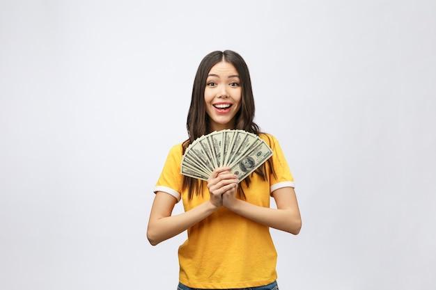 Kobieta trzyma banknot pieniądze. dość młody model pokazujący gotówkę