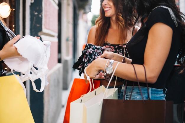 Kobieta trzyma biustonosz