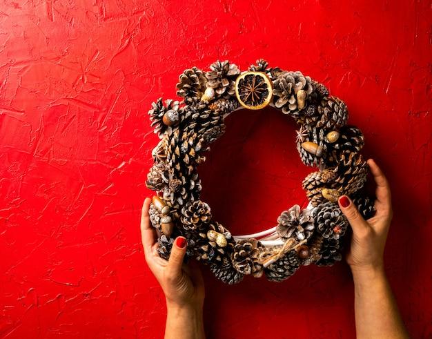 Kobieta Trzyma Boże Narodzenie Wieniec Premium Zdjęcia
