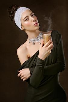 Kobieta trzyma brązowy drewniany świecznik