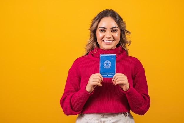 Kobieta trzyma brazylijską kartę pracy z miejscem na tekst.