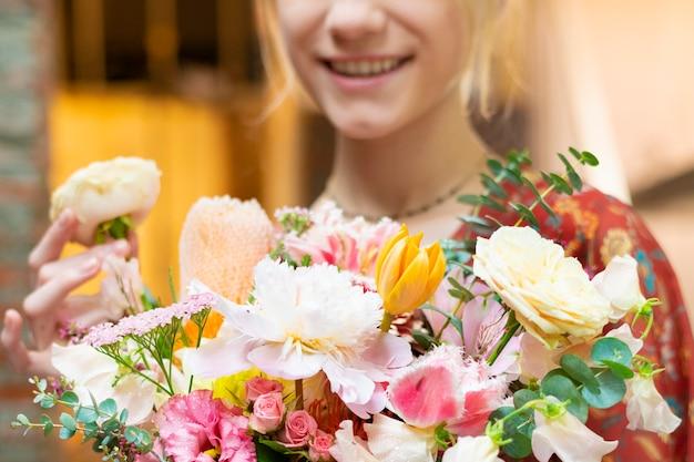 Kobieta trzyma bukiet kwiatów