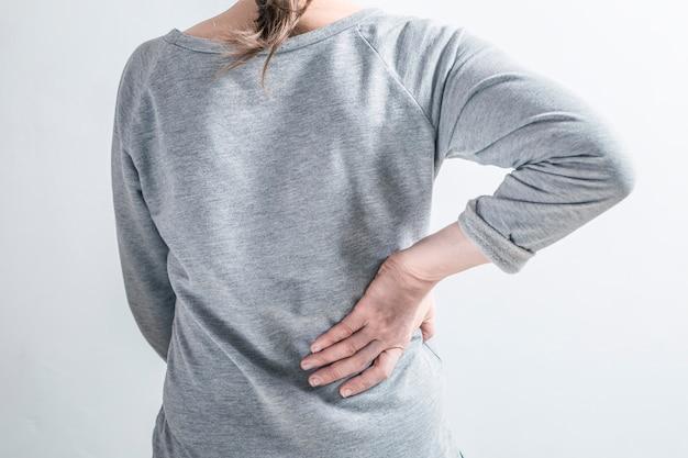 Kobieta trzyma chore nerki