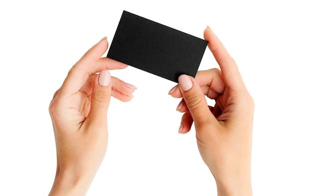 Kobieta trzyma czarną wizytówkę w ręce. tamplate dla twojego projektu.