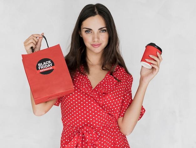 Kobieta trzyma czarnego piątku torba na zakupy