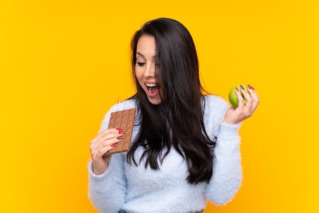 Kobieta trzyma czekoladę nad odosobnionym