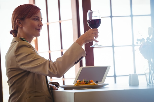 Kobieta trzyma czerwone wino