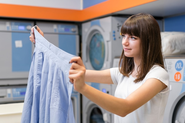 Kobieta trzyma czysty garnitur koszulę