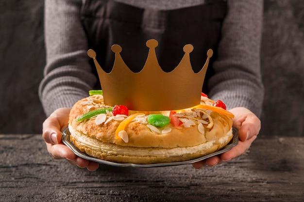 Kobieta trzyma deser szczęśliwy objawienie