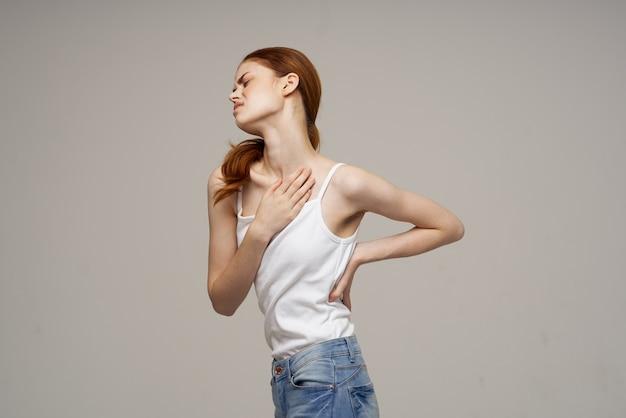 Kobieta trzyma dolną część pleców masaż leczniczy. wysokiej jakości zdjęcie