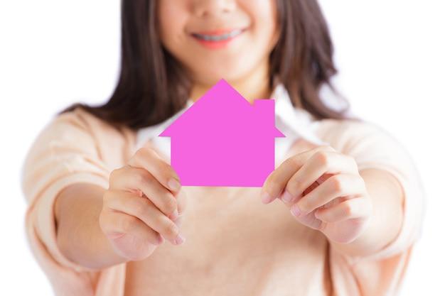 Kobieta trzyma dom