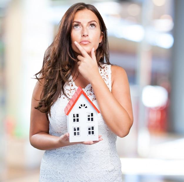 Kobieta trzyma domu i myśleć o czymś
