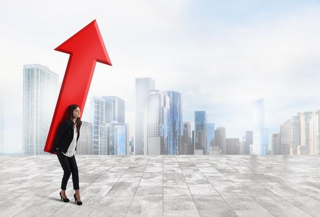 Kobieta trzyma dużą strzałkę koncepcji rozwoju biznesu i sukcesu